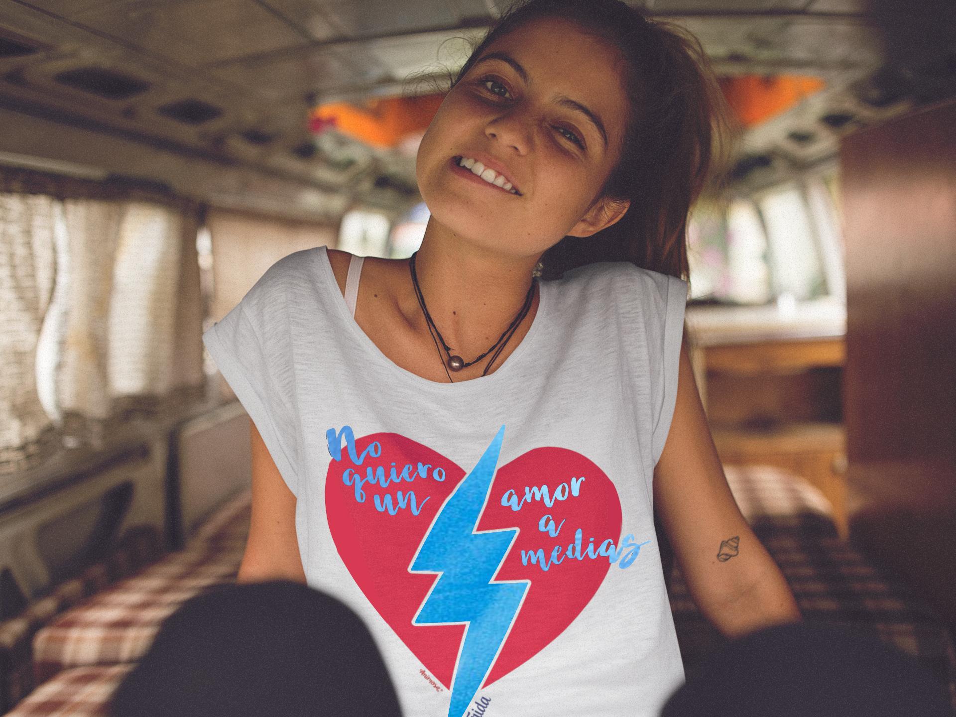 Camiseta Animosa ideal para viajar en un verano feminista